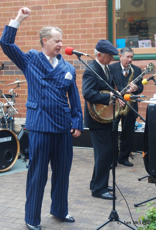 Greg Poppleton entertains. Singing songs from the 1920s. With Grahame Conlon, banjo. Paul Furniss, alto sax. Greg Poppleton is Sydney's only authentic 1920s singer. He has a 3.5 octave range. Vocally trained by the man who discovered Bette Midler