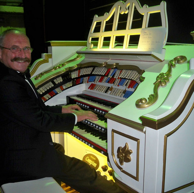 Stuart Warner plays the Compton Theatre Organ in the Albert Hall, Canberra