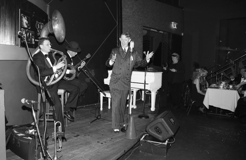 Greg Poppleton and the Bakelite Broadcasters. Greg Poppleton 1920s singer, Geoff Power sousaphone and trumpet, Paul Baker banjo.