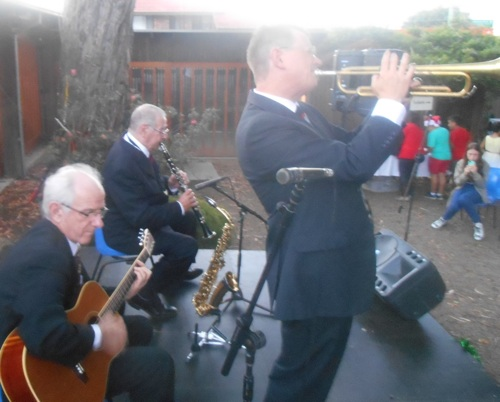 Greg Poppleton and the Bakelite Broadcasters at Fairfield Museum - Grahame Conlon (g) Jim Elliot (cl/as) Geoff Power (tp/sousaphone)