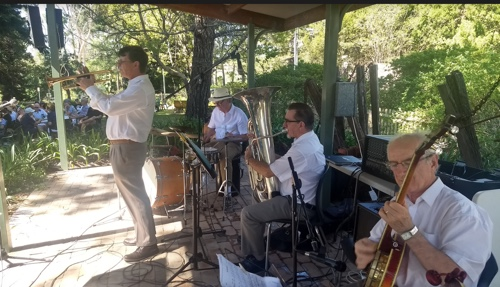 Greg Poppleton band, Jazz At The Pines. Greg Poppleton 1920s-30s singer (behind the camera) Geoff Power tp/tb, Grahame Conlon g/bj, Ian Baker tuba, Lawrie Thompson drums.
